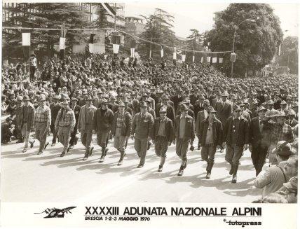 Il Gruppo Alpini C.Battisti di Aviano sfila compatto davanti alle autorita  eff11f5fd9a7